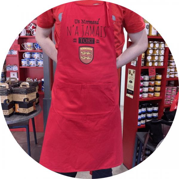 tablier porté homme fabriqué à caen à base de matière première française par l'atelier le goubey.grand tablier rouge muni de deux poches ventrales.lanière autour du cou réglable.